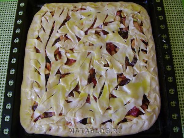 Верх пирога с алычей