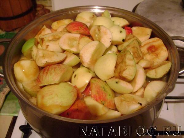 Яблоки в кастрюле