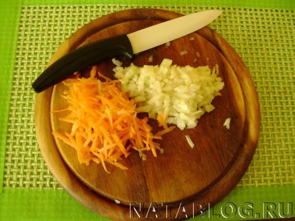 Режем лук с морковкой