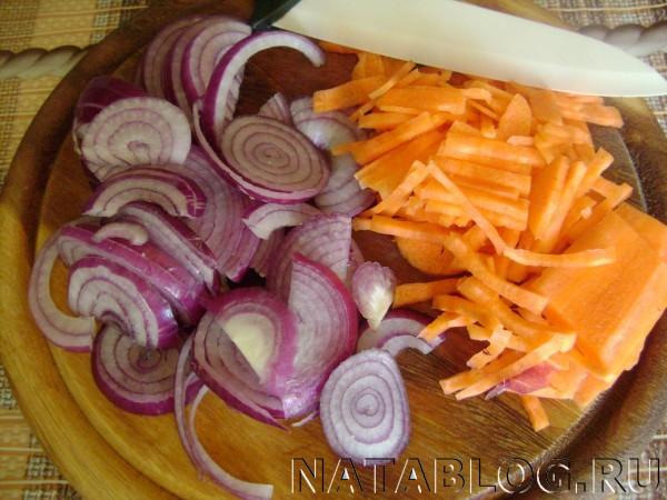 Режем лук и морковь