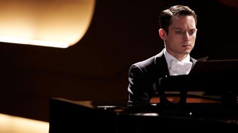 Том за роялем
