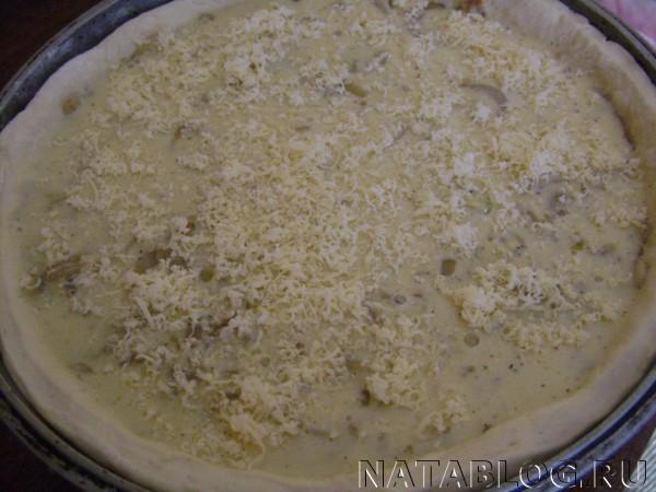 Пирог посыпаем сыром