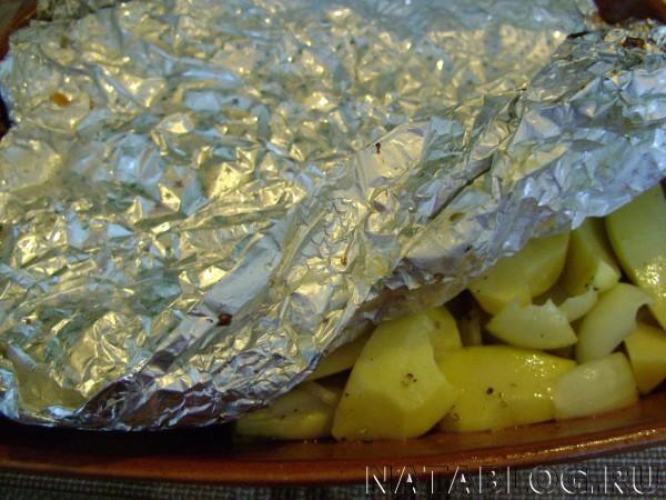 Картофель накрываем фольгой