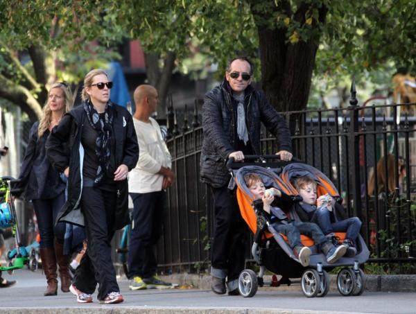 Семья на прогулке